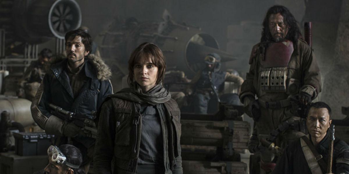 Foto com os principais integrantes da equipe da nave Rogue One em base da Aliança Rebelde.