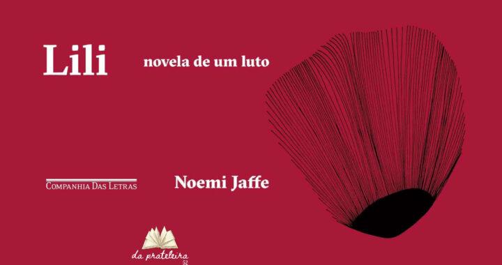 """Fundo na cor vinho. Na frente o título do episódio, como o nome do livro """"Lili: novela de um luto"""" branco. Do lado direito imagem de uma pétala na cor preta."""